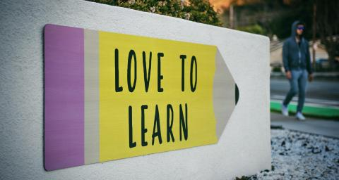 "Schild mit Spruch ""love to learn"""